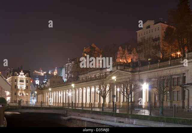 Night Karlovy Vary cityscape with Mill Colonnade and river Tepla, Czech Republic. - Stock-Bilder