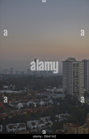 Smog over city skyline - Stock Image