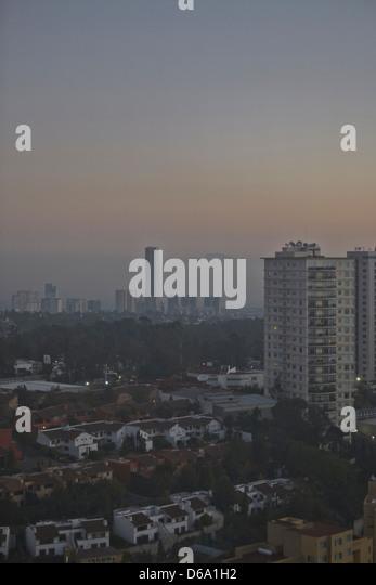 Smog over city skyline - Stock Image