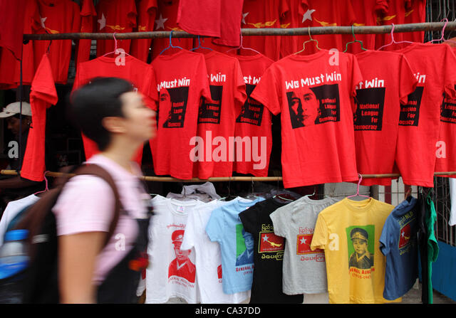 T-shirts bearing the image of Aung San Suu Kyi are on sale on the streets of Yangon, 30 March 2012.  A wave of  - Stock-Bilder