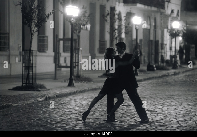 Couple dancing by lamplight on San Telmo street in Buenos Aires - Stock Image