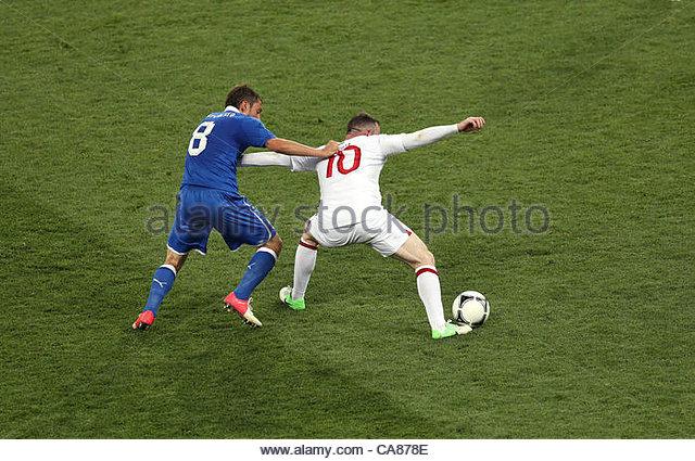 24/06/2012 Kiev. Euro 2012 Football. England v Italy. Wayne Rooney is closely marked by Claudio Marchisio. Photo: - Stock-Bilder