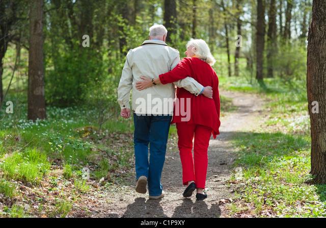 Senior couple embracing in park - Stock-Bilder