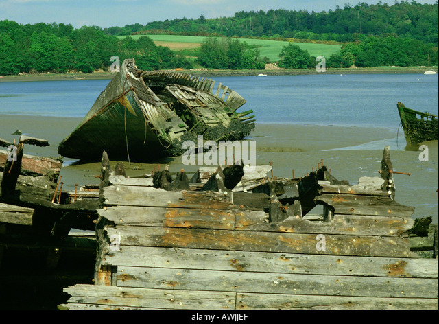 Abandoned boat wreckage on beach - Stock Image