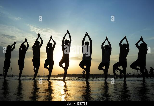 Allahabad, Uttar Pradesh, India. 20th June, 2017. Indian Youth perform yoga on the eve of International Yoga day - Stock-Bilder