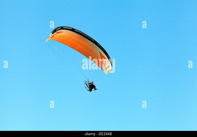Hang Glider man hang gliding flying parachute leisure activity UK gliders parachutes - Stock Image