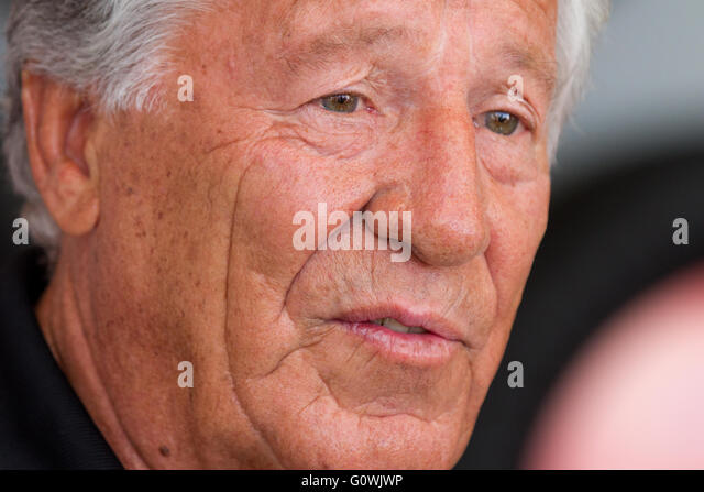 Kingston, Ontario. 5th May, 2016. Retired American race car driver Mario Andretti speaks to fans in Kingston Ont., - Stock Image