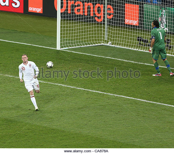 24/06/2012 Kiev. Euro 2012 Football. England v Italy. Wayne Rooney scores his penalty kick. Photo: Mark Leech. - Stock-Bilder