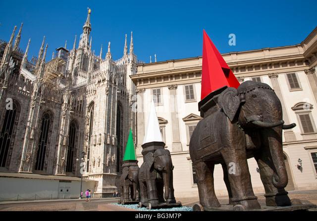 Teakwood and embossed brass elephant sculptures - Elefanti - Viaggiando Palazzo Reale with Duomo in background Milan. - Stock-Bilder