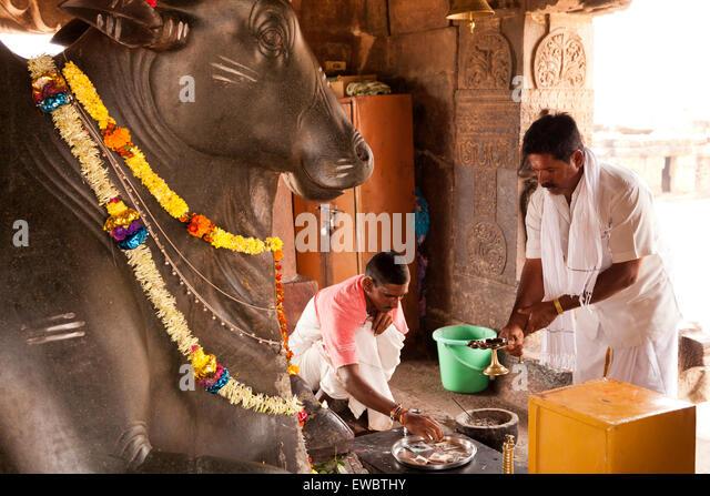 Priester vor der Nandi-Statue im Virupaksha Tempel aus der Chalukya-Dynastie, UNESCO-Welterbe in Pattadakal, Karnataka, - Stock-Bilder