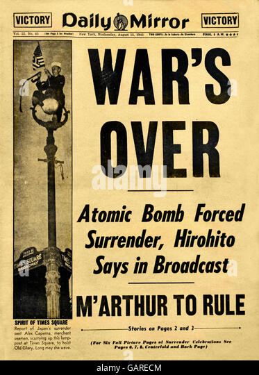 War's over - Atomic Bomb Forced Surrender, Hirohito Says in Broadcast. M' Mac Arthur to rule Daily Mirror. - Stock Image