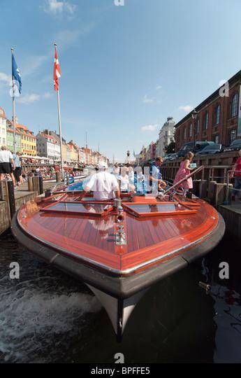 Passengers disembarking a canal cruise boat in Nyhavn Harbour, Copenhagen, Denmark. - Stock Image