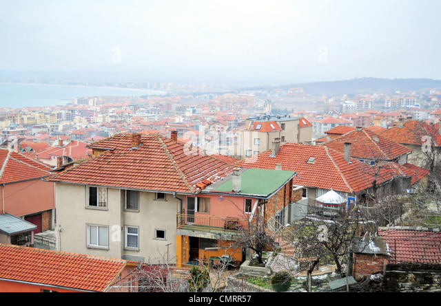 Rooftop view of small seaside town in a foggy day - Stock-Bilder