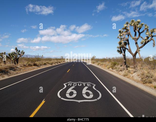 Route 66 crossing California's Mojave desert. - Stock-Bilder