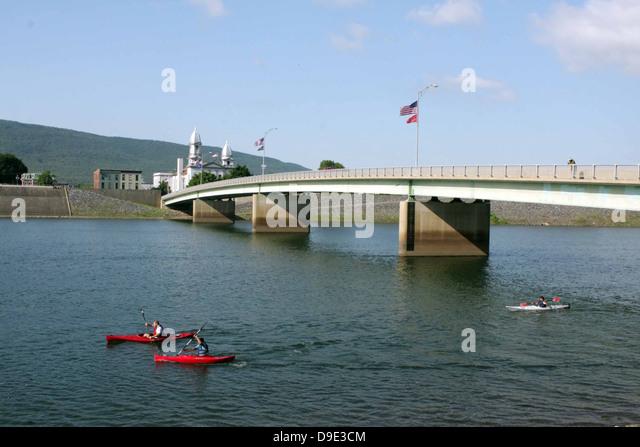 RED KAYAKS ON WEST BRANCH SUSQUEHANNA RIVER, LOCK HAVEN, CLINTON COUNTY, PENNSYLVANIA, USA JAY STREET BRIDGE & - Stock Image
