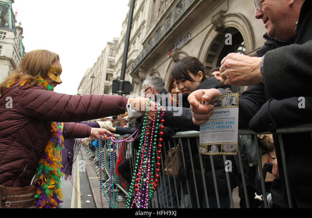 London, UK. 1st January 2017. A performer from the City of Westminster hand out beads to spectators during the  - Stock Image
