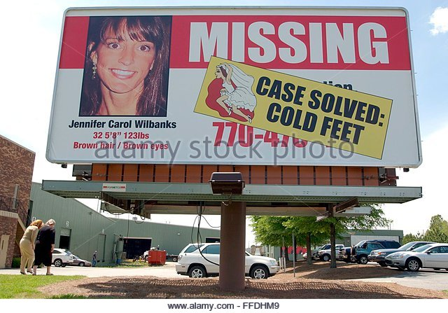 epa000425155 Employees walk away from a missing billboard for runaway bride Jennifer Wilbanks which was amended - Stock Image