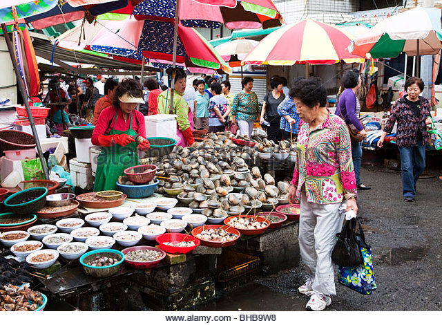 Asia Asian basket baskets Busan business buyer Cha gal chi fishmarket chagalchi; jagalshi customer display fish - Stock Image