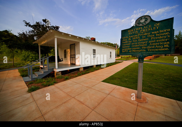Tupelo Mississippi: The Birthplace of Elvis Presley. House with heritage sign. - Stock Image