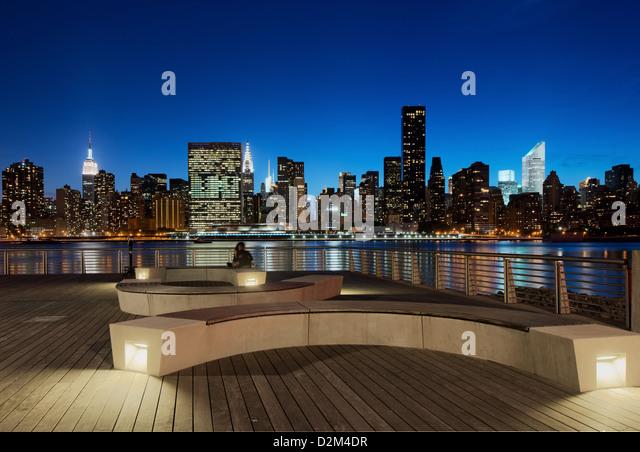 couple-enjoying-nyc-skyline-from-gantry-