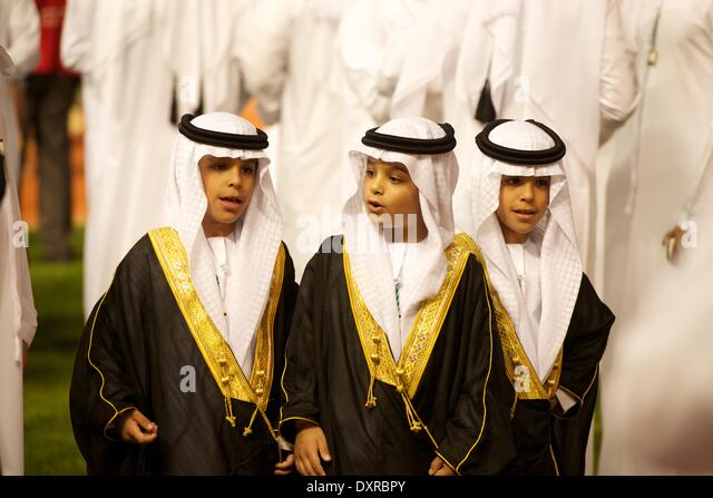 Meydan Racecourse, Dubai, UAE. 29th March, 2014. Three young princes greet the riders as they enter the parade ring - Stock-Bilder