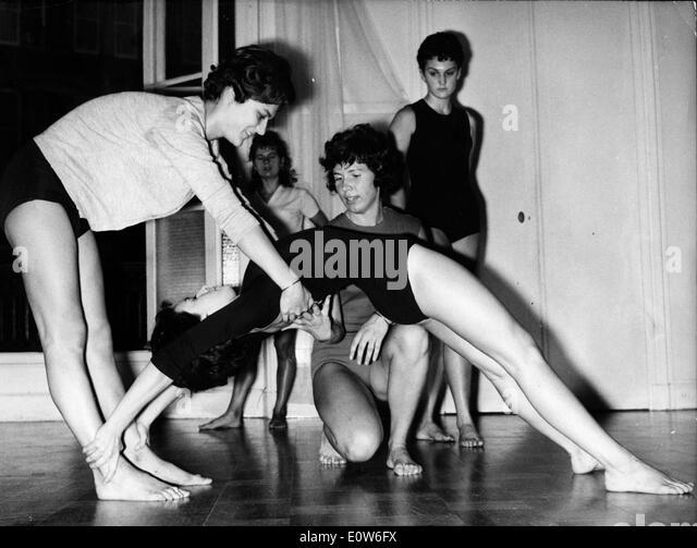 Young girls learn gymnastics - Stock Image