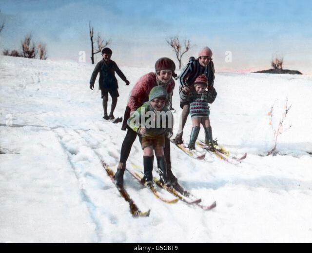 Kinder aus Skien. Children skiing through the snow.  children, boys, girls, ski, happy, snow, winter, ice, cold, - Stock Image