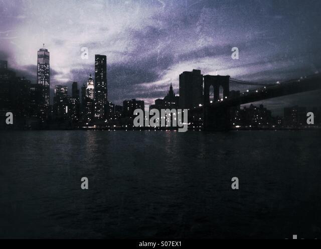 Night shot of New York City skyline including Brooklyn Bridge. Grunge style - Stock Image