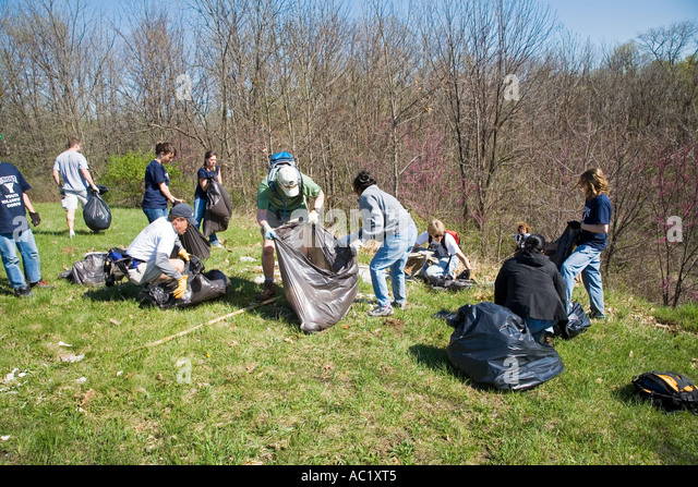 Detroit Michigan Volunteers celebrate Earth Day by cleaning trash from Detroit s Rouge River Park - Stock Image
