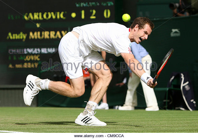 28/06/2012 - Wimbledon (Day 4) - Ivo KARLOVIC (CRO) vs. Andy MURRAY (GBR) - Andy Murray stretches for a backhand - Stock-Bilder