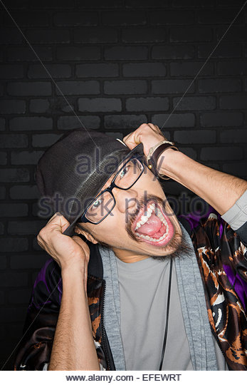 Portrait of man in fedora screaming - Stock Image