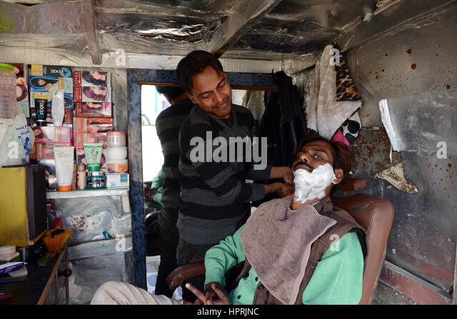 Shaving and grooming in the streets of Lucknow, India. - Stock Image