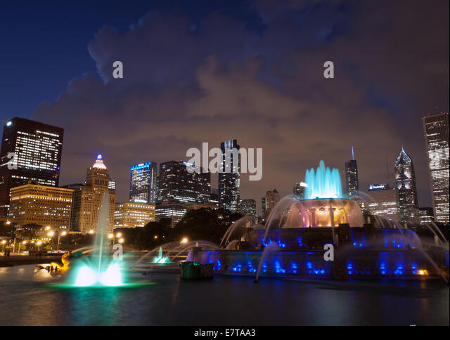 A night, blue hour view of Buckingham Fountain and the Chicago skyline.  Grant Park, Chicago, Illinois. - Stock Image