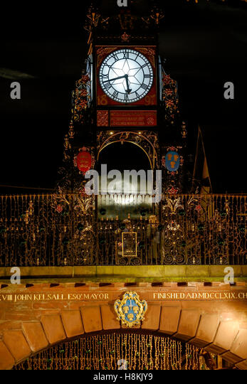 Chester, UK. 14th November 2016. The supermoon is visible behind the Eastgate Clock. Andrew Paterson/Alamy Live - Stock-Bilder