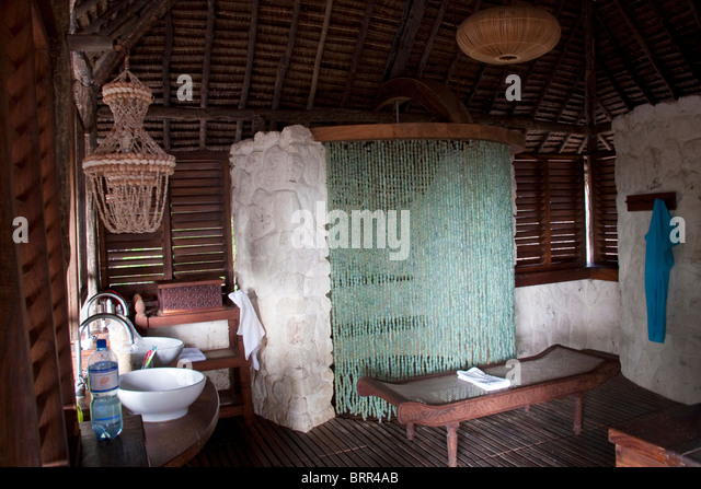 Bathroom interior with beaded shower curtain at Mnemba lodge - Stock Image