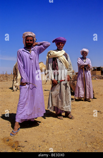 Three Bedouins in traditional dress, pride, Egyptian, djellaba, turban, pose, Camel market, Shalatin, Egypt, Africa - Stock-Bilder