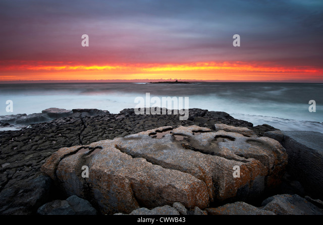 Waves washing up on rock formations - Stock-Bilder