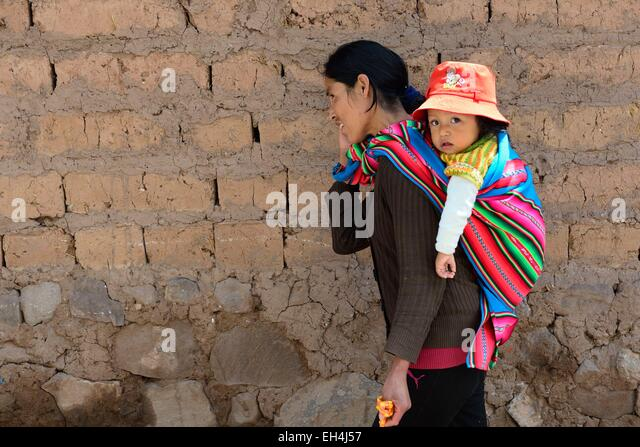 Peru, Cuzco province, Cuzco, listed as World Heritage by UNESCO, Peruvian and her daughter wrapped in a poncho - Stock-Bilder