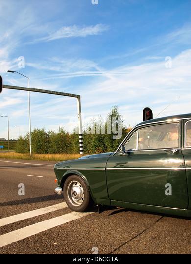 Old Volvo car, on a highway, stop. - Stock-Bilder
