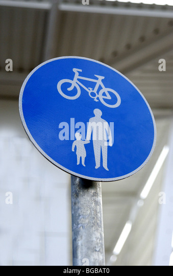 Photograph of cycle path walking alternative school run sign UK - Stock-Bilder