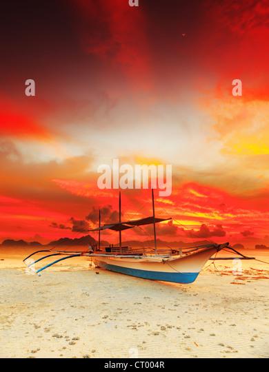 Traditional philippine boat bangka at sunset time - Stock-Bilder