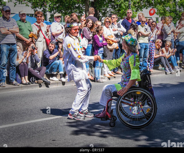 Kreuzberg, Berlin, Germany, 24th May 2015. Dancing couple undeterred by wheelchair of woman as Berlin celebrates - Stock-Bilder