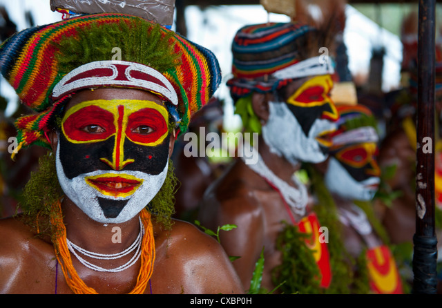 Colourfully dressed and face painted local tribes celebrating the traditional Sing Sing in the Highlands of Papua - Stock-Bilder