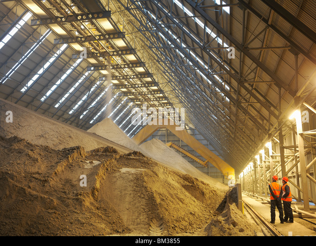Workers Inspecting Gypsum Store - Stock-Bilder
