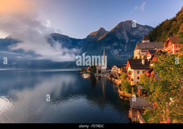 Sunrise in Hallstatt, in upper Austria is a village in the Salzkammergut, a region in Austria. - Stock-Bilder