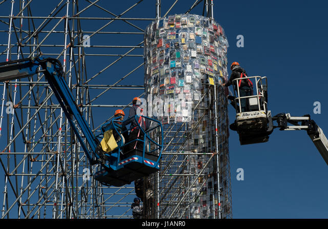 Kassel, Germany. 20th Apr, 2017. Books wrapped in plastic are attached to the steel scaffolding of the documenta - Stock-Bilder