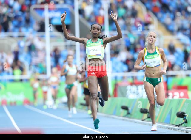 Rio De Janeiro, Brazil. 12th Aug, 2016. Almaz Ayana (L) of Ethiopia (L) celebrates after the women's 10000m - Stock-Bilder