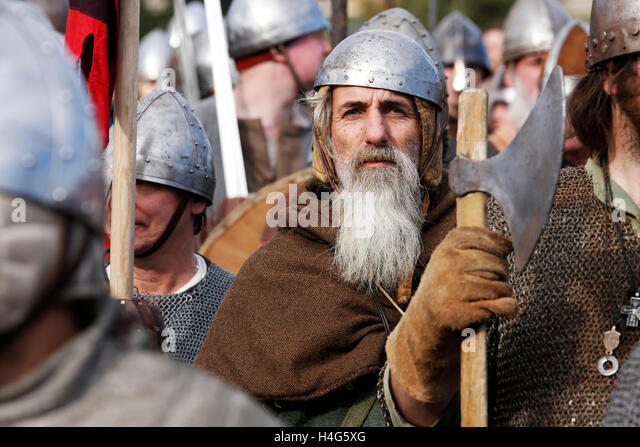 Battle, East Sussex, UK. 15th October, 2016. Re-enactors dressed as Saxon and Norman soldiers perform a re-enactment - Stock Image