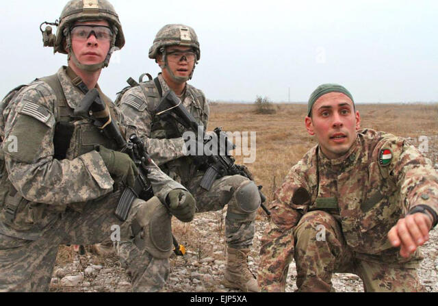 The 1st Battalion, 503rd Infantry Regiment, 173rd Airborne Brigade paratroopers and their Italian allie decides - Stock Image