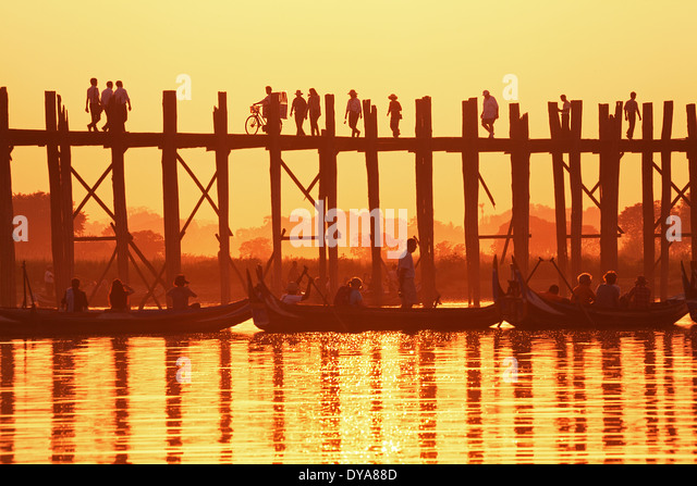 U Bein Bridge at sunset. Amarapura, Myanmar. - Stock-Bilder